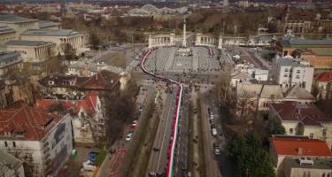 Hatalmas, 1848 méteres magyar zászlót visznek végig Budapest belvárosában